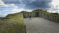 TEXEL - De Cocksdorp ;- NVGJ golfwedstrijd op golfbaan de Texelse. Henk Koster in de bunker. COPYRIGHT KOEN SUYK