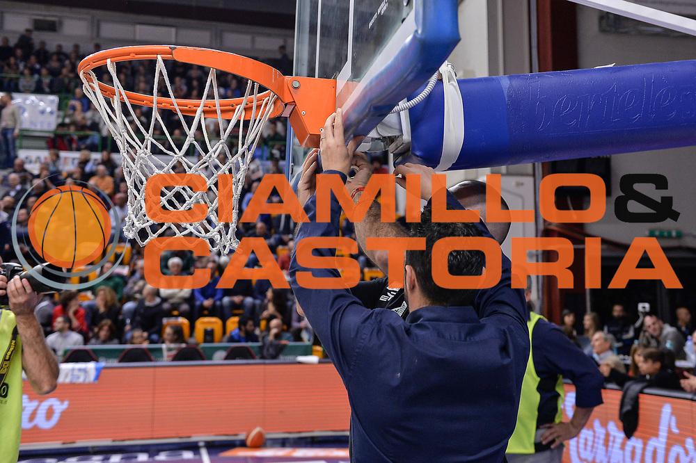 DESCRIZIONE : Campionato 2015/16 Serie A Beko Dinamo Banco di Sardegna Sassari - Umana Reyer Venezia<br /> GIOCATORE : Manutenzione Canestro<br /> SQUADRA : Dinamo Banco di Sardegna Sassari<br /> EVENTO : LegaBasket Serie A Beko 2015/2016<br /> GARA : Dinamo Banco di Sardegna Sassari - Umana Reyer Venezia<br /> DATA : 01/11/2015<br /> SPORT : Pallacanestro <br /> AUTORE : Agenzia Ciamillo-Castoria/L.Canu