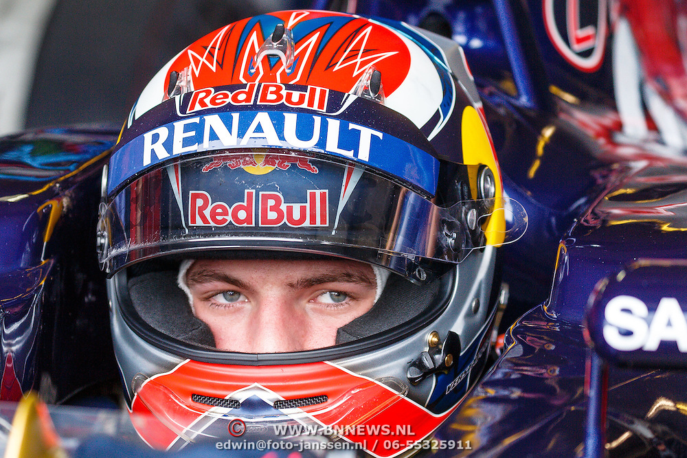 NLD/Zandvoort/20150628 - F1 demo Max Verstappen in de Toro Rosso, Max Verstappen met zijn helm in zijn racewagen