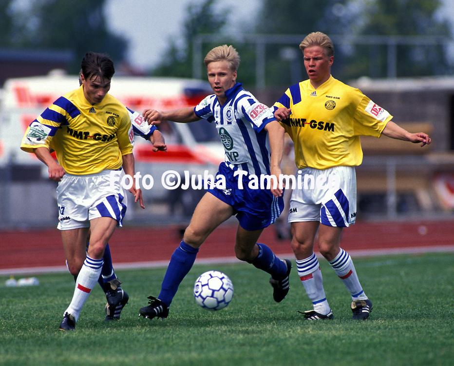 17.07.1993, Pori..Suomen Cupin loppuottelu..Tapio Kes?lahti & Aarno Turpeinen (Rovaniemen Palloseura) v Pekka Onttonen (HJK Helsinki).©Juha Tamminen