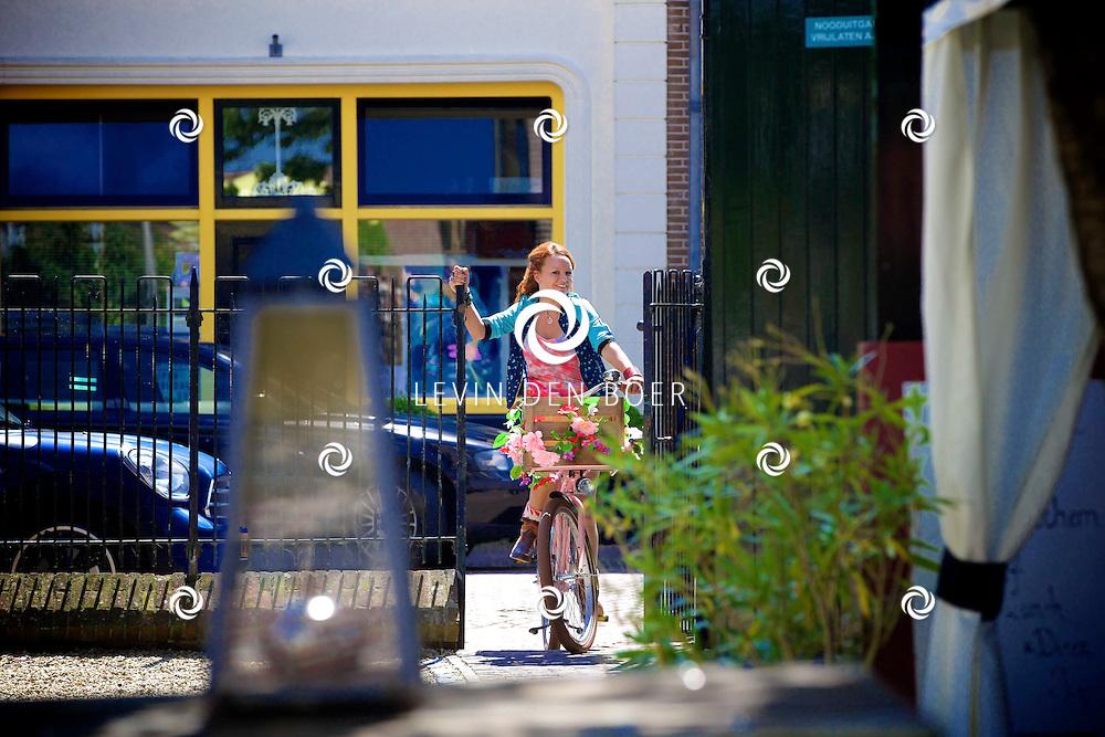 WOUDRICHEM - Op de set van Dokter Tinus. Met hier op de foto  Juliette van Ardenne. FOTO LEVIN DEN BOER - PERSFOTO.NU