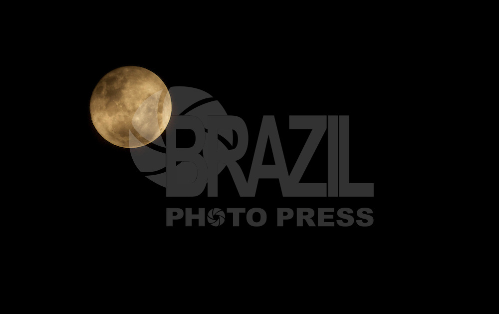 SAO PAULO, SP, 16.01.2014. LUA CHEIA. Lua cheia vista na regiao norte da cidade de Sao Paulo na noite desta quinta-feira, 16. ( Foto :André Hanni/Brazil Photo Press).