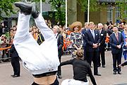 Koning Willem Alexander en Koningin Maxima op provinciebezoek in Gelderland .<br /> <br /> King Willem Alexander and Queen Maxima visit the province of  Gelderland<br /> <br /> Op de foto:  <br /> <br />   Koning Willem Alexander en Koningin Maxima brengen een bezoek aan Wageningen, het 5 mei plein waar ze een dance act zien en een optreden van de Gelderse winnaar van de Koningsspelen, Willem-Alexanderschool uit Heerde.<br /> <br /> King Willem Alexander and Maxima Queen visit Wageningen, the May 5 square where they see a dance act and a performance by the winner of the King Gelderland Games, Willem-Alexander School in Heerde.