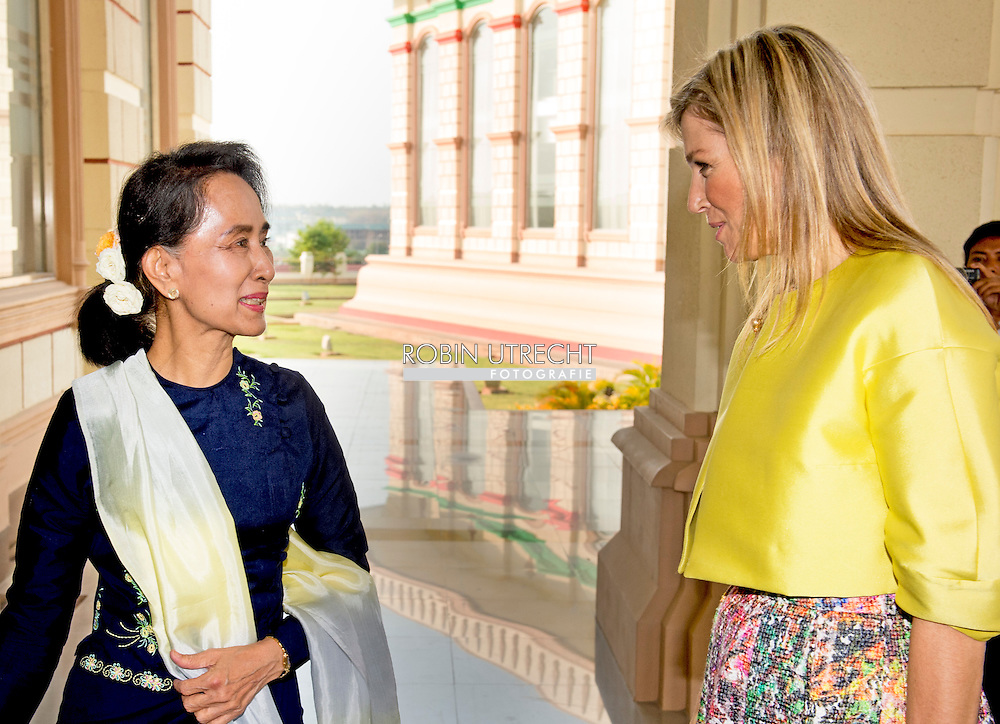 1-4-2015 Nay Pyi Taw  MYANMAR  -Koningin Máxima. Begroeting bij de ingang door Daw Aung San Suu Kyi, lid van het parlement van Myanmar.  Queen Maxima visits in its capacity as special advocate of the Secretary-General of the United Nations for inclusive finance for development (inclusive finance for development) Myanmar on Monday, March 30 to Wednesday, April 1st, 2015. COPYRIGHT ROBIN UTRECHT