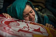 © Benjamin Girette / IP3 PRESS : le 7 Fevrier 2013:  Une proche se recueille sur la tombe de Chokri BELAID au domicile de son pere Salah BELAID, dans la banlieue de Tunis.