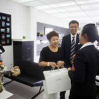 CHENGDU, 10/17/2012 :  Geschaeftsfrau Yang Xi, 37, wird von Audimitarbeitern zum kauf ihres neuen Autos beglueckwunscht .