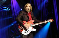 amsterdam De Amerikaanse rockmuzikant Tom Petty is op 66-jarige leeftijd overleden aan de gevolgen van een hartaanval. Dat bevestigde de manager van de artiest, nadat een eerder bericht over de dood van Petty was ingetrokken.<br /> Entertainmentsite TMZ berichtte eerder dat Petty bewusteloos was gevonden in zijn huis in Malibu. Hij zou daarna zijn overgebracht naar een ziekenhuis. copyright robin utrecht