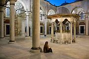 Turkije, Istanbul, 16-2011Een vrouw wacht op de binnenplaats van een moskee, Laleli Camii, tulip mosque, tulp mskee, op haar man die in de gebedsruimte zijn geloof beleidtFoto: Flip Franssen