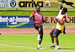 21.05.2010, Dolomitenstadion, Lienz, AUT, WM Vorbereitung, Kamerun Training im Bild Makadji Boukar, Abwehr, Nationalteam Kamerun (Al-Nahdha), Jean II Makoun, Mittelfeld, Nationalteam Kamerun (Olympique Lyon), vor einer bet-at-home Bande, EXPA Pictures © 2010, PhotoCredit: EXPA/ J. Feichter / SPORTIDA PHOTO AGENCY