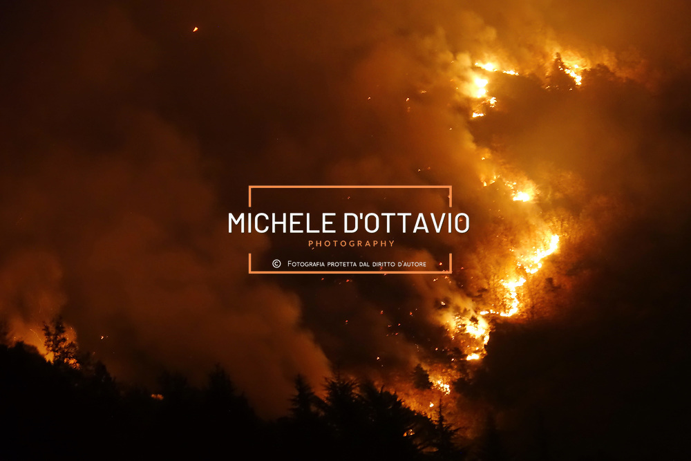 Cantalupa (TO) 25 ottobre 2017 - Il fronte dell'incendio dei boschi visto dalle case di via San Giusto
