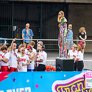 NLD/Amsterdam/20180604 - Gaypride 2018, BNN Vara boot, Frank van der Lende in regenboog pak