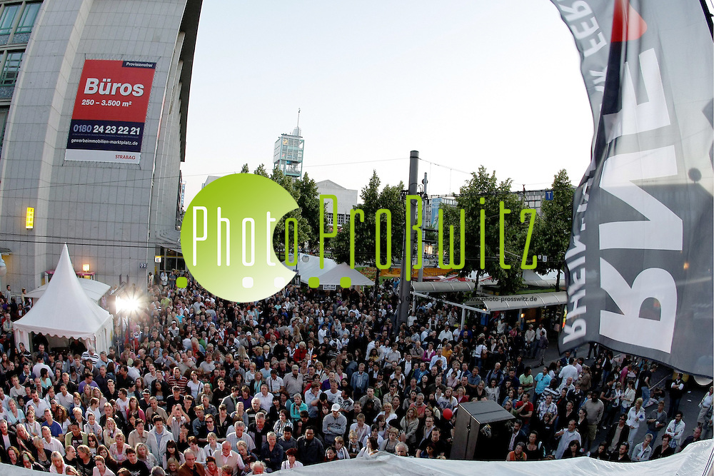 Mannheim. Planken. Innenstadt. Stadtfest 2009. Buntes Programm bei sommerlichen Temperaturen. Der neue Sponsor und Veranstalter Coca-Cola legt Premiere in Groflveranstaltung in Mannheim ab. Impressionen mit diversem B&cedil;hnenprogramm.<br /> RNF Truck. The Wright Thing<br /> <br /> Bild: Markus Proflwitz / masterpress /  <br /> <br /> ++++ Archivbilder und weitere Motive finden Sie auch in unserem OnlineArchiv. www.masterpress.org oder &cedil;ber das Metropolregion Rhein-Neckar Bildportal   ++++