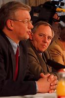 09.01.1999, Deutschland/K&ouml;nigswinter:<br /> Roland Koch, CDU Fraktionsvorsitzender im Hessischen Landtag und Spitzenkanidat im Landtagswahlkampf, und Wolfgang Sch&auml;uble, CDU Parteivorsitzender, w&auml;hrend einer Pressekonferenz zu einer Zwischenbilzanz der Klausurtagung des CDU-Bundesvorstandes, Arbeitnehmerzentrum, K&ouml;nigswinter<br /> IMAGE: 19990109-01/01-18<br /> KEYWORDS: Wolfgang Schaeuble