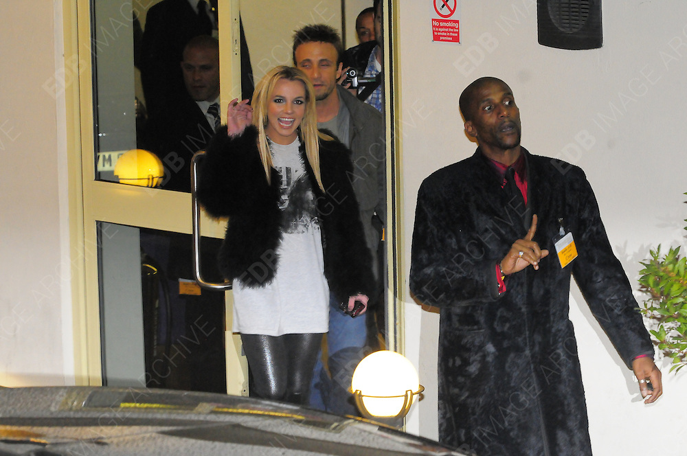 29.11.2008. LONDON<br /> <br /> BRITNEY SPEARS SPOTTED IN LONDON<br /> <br /> BYLINE: EDBIMAGEARCHIVE.CO.UK<br /> <br /> *THIS IMAGE IS STRICTLY FOR UK NEWSPAPERS AND MAGAZINES ONLY*<br /> *FOR WORLD WIDE SALES AND WEB USE PLEASE CONTACT EDBIMAGEARCHIVE - 0208 954 5968*