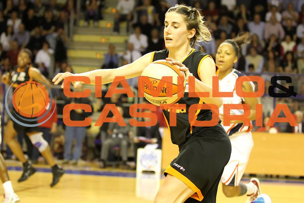 DESCRIZIONE : Taranto Lega A1 Femminile 2009-10 Play Off Finale Gara 3<br /> Cras Basket Taranto Famila Wuber Schio<br /> GIOCATORE : Raffaella Masciadri<br /> SQUADRA : Cras Basket Taranto Famila Wuber Schio<br /> EVENTO : Campionato Lega A1 Femminile 2009-2010<br /> GARA : Cras Basket Taranto Famila Wuber Schio<br /> DATA : 11/05/2010<br /> CATEGORIA : palleggio<br /> SPORT : Pallacanestro<br /> AUTORE : Agenzia Ciamillo-Castoria/ElioCastoria<br /> Galleria : Lega Basket Femminile 2009-2010<br /> Fotonotizia : Taranto Campionato Italiano Femminile Lega A1 2009-2010 Play Off Finale Gara 3 Cras Basket Taranto Famila Wuber Schio<br /> Predefinita :