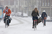 Fietsers ploeteren door de sneeuw in Utrecht.<br /> <br /> Cyclists are riding in the snow.