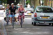 In de omgeving van Lage Vuursche genieten mensen op de fiets van het mooie weer tijdens het Pinksterweekeinde.<br /> <br /> Near Lage Vuursche people are enjoying the nice weather by bike.