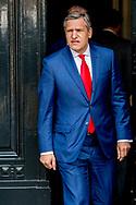 DEN HAAG - Met zijn voorlichter Bart van de Brink. Sybrand Buma ( CDA ) vetrekt  op het Binnenhof na het gesprek met informateur Edith Schippers. ROBIN UTRECHT Sybrand Buma ROBIN UTRECHT