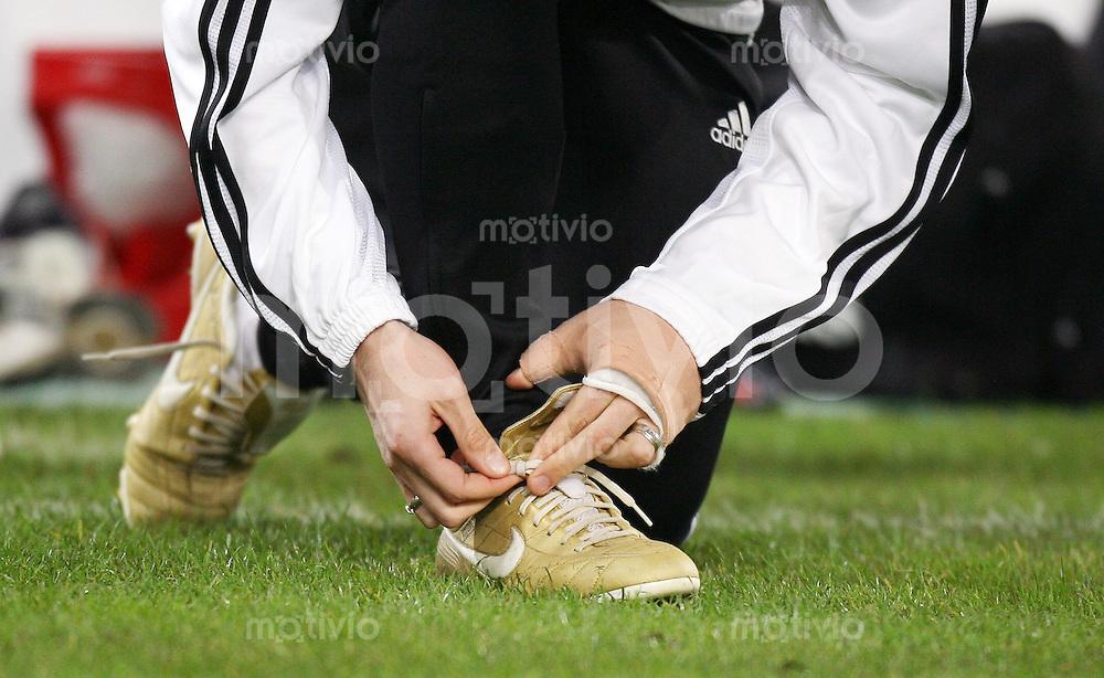 Fussball International, Training der deutschen Nationalmannschaft am in Duesseldorf Miroslav KLOSE (GER) schnuert seine Nike Schuhe