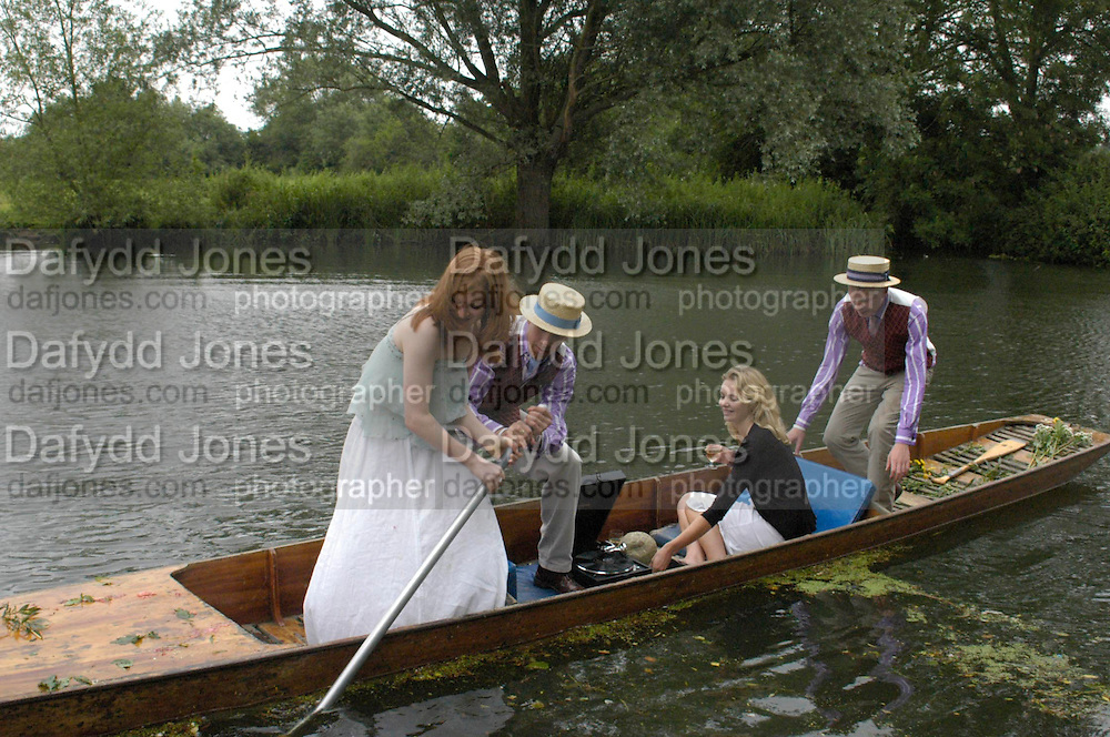 CAMBRIDGE:Helen Gunn, Adam Shindler and Laura Pearson. The Dangerous Sports Club host the innauguaral Oxford V  Cambridge Punt Race. University Parks. Oxford. 25 June 2005. 25 June 2005. ONE TIME USE ONLY - DO NOT ARCHIVE  © Copyright Photograph by Dafydd Jones 66 Stockwell Park Rd. London SW9 0DA Tel 020 7733 0108 www.dafjones.com