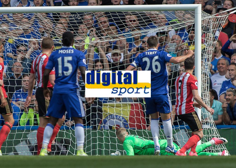 Football - 2016 / 2017 Premier League - Chelsea vs. Sunderland <br /> <br /> Jordan Pickford of Sunderland can only look back as Willian's shot hits the back of the net at Stamford Bridge.<br /> <br /> COLORSPORT/DANIEL BEARHAM