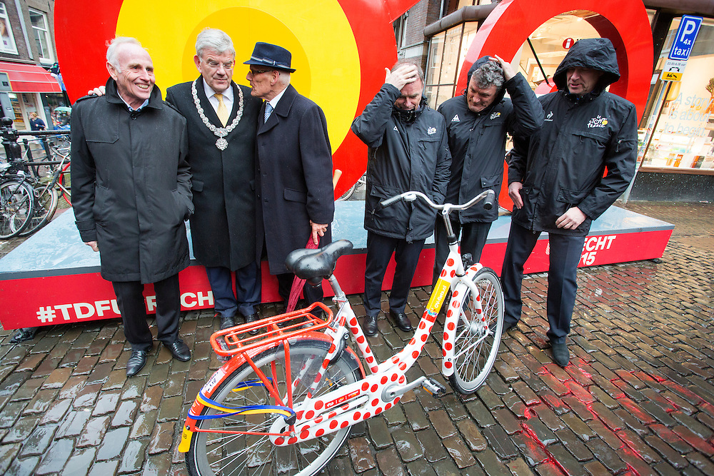 Links de Nederlandse tourwinnaars Joop Zoetemelk en Jan Janssen met in het midden burgemeester Jan van Zanen. Rechts de Franse tourwinnaars Bernard Hinault, Bernard Thevenet en Tour de France directeur Christian Prudhomme bij het beeld van de Tourstart. In Utrecht is het aftellen begonnen voor de start van de Tour de France. Over 100 dagen start de grootste wielerronde ter wereld in de Domstad.<br /> <br /> From left to right: Joop Zoetemelk, major Jan van Zanen, Jan Janssen, Bernard Hinault, Bernard Thevenet and Tour de France director Christian Prudhomme. In Utrecht, the countdown began for the start of the Tour de France. In 100 days the biggest cycling race in the world starts in the cathedral city.