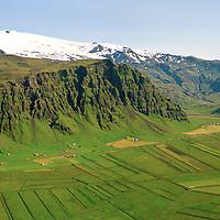 Gata, Steinar, Hlíð, Sunnuhlíð, Núpakot og Þorvaldseyri séð til austurs. Eyjafjallajökull í baksýni. Rangárþing eystra áður Austur-Eyjafjallahreppur / Gata. Steinar, Hlid, Sunnuhlid, Nupakot and Thorvaldseyri viewing east. Eyjafjallajokull in background. Rangarthing eystra former Austur-Eyjafjallahreppur.