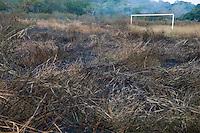 FUSSBALL    FEATURE    SUEDSEE    21.07.2008 Ein ehemaliger Fussballplatz ausserhalb von Port Vila der Hauptstadt von Vanuatu wird gebrandrodet. Im Hintergrund steht immer noch das Gestaenge eines Tors.
