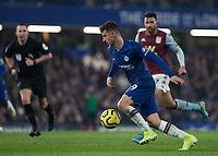 Football - 2019 / 2020 Premier League - Chelsea vs. Aston Villa<br /> <br /> Mason Mount (Chelsea FC) breaks through the midfield at Stamford Bridge <br /> <br /> COLORSPORT/DANIEL BEARHAM