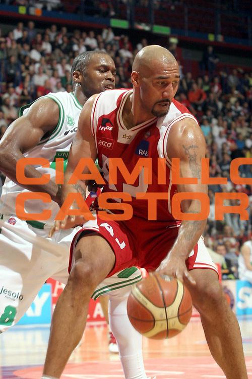 DESCRIZIONE : Milano Lega A1 2005-06 Armani Jeans Olimpia Milano Benetton Treviso <br />GIOCATORE : Blair<br />SQUADRA : Armani Jeans Olimpia Milano<br />EVENTO : Campionato Lega A1 2005-2006<br />GARA : Armani Jeans Olimpia Milano Benetton Treviso<br />DATA : 20/05/2006<br />CATEGORIA : Palleggio<br />SPORT : Pallacanestro<br />AUTORE : Agenzia Ciamillo-Castoria/S.Ceretti