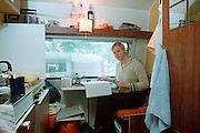 Nederland, Nijmegen, 24-9-2002..Vanwege het gebrekkige kameraanbod bivakkeren verschillende 1e jaars studenten op camping De Kwakkenberg voor 230 euro per maand. Deze sluit echter eind oktober.Kamernood, jongeren, studenten, huisvesting..Op de foto Lisette,provincie Zeeland, studente HBO voeding en dietiek.      ..Foto: Flip Franssen/Hollandse Hoogte