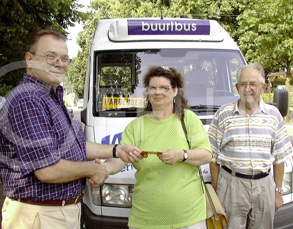 Fotografie Uijlenbroek©1999/Frank Brinkman.990719 gramsbergen ned.100000ste bezoeker buurtbus (verslaggever heeft namen)