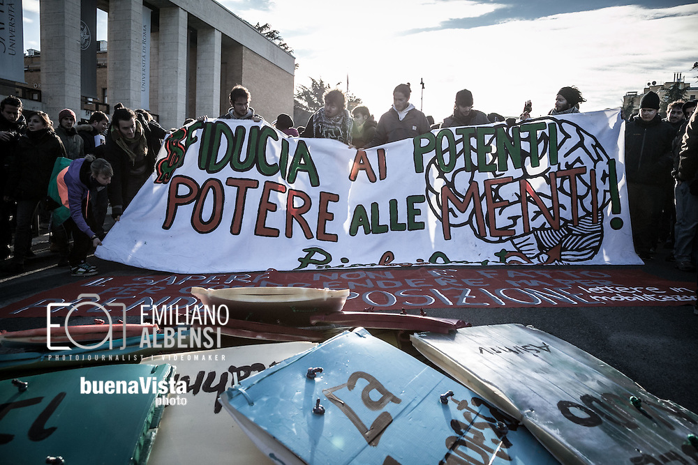 Roma, Lazio, Italia, 14/12/2010<br /> Manifestazione studentesca contro i tagli all'istruzione. Nella foto alcuni momenti del corteo partito da Piazzale Aldo Moro, davanti all'Universit&agrave; La Sapienza.<br /> <br /> Rome, Lazio, Italy, 14/12/2010<br /> Student demonstration against cuts to instruction system. In the picture some moments of the parade starting from the Piazzale Aldo Moro (Aldo Moro square), in front of the La Sapienza University.