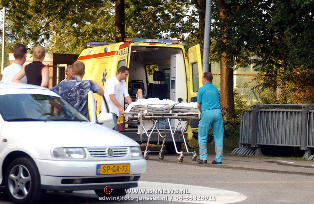 Supportersrellen Zuidvogels - Roda JC Huizen, een slachtoffer naar de ambulance met hoofdwond