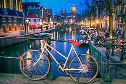 Bicicleta na ponte sobre os canais de Amsterdam. A cidade é conhecida por seu porto histórico, seus museus de fama internacional, pelo Red Light District, seus coffeeshops liberais, e seus inúmeros canais. FOTO: Jefferson Bernardes/Agência Preview
