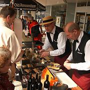 Verkoop door weddenschap Old Amsterdam en wijn door Cor Lustig Hema Huizen