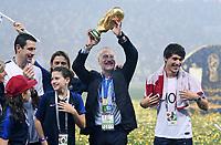 FUSSBALL  WM 2018  FINALE  ------- Frankreich - Kroatien    15.07.2018 JUBEL Weltmeister Frankreich; Trainer Didier Deschamps (Mitte) mit dem Pokal und Sohn Dylan (re)