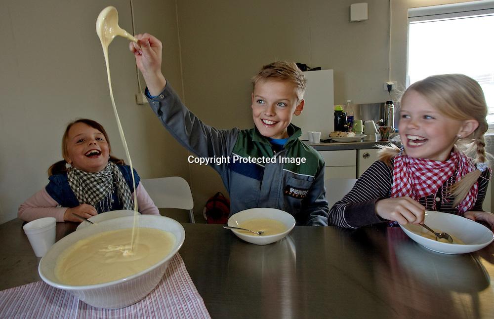 26032009, Totenvika. EGGEDOSIS: Fra venstre barna Vilde (7), Marthe (9) og Ole Martin (12) som synes det er mer morsomt å leke med eggedosis som mamma har laget enn å spise den...Foto: Daniel Sannum Lauten/VG
