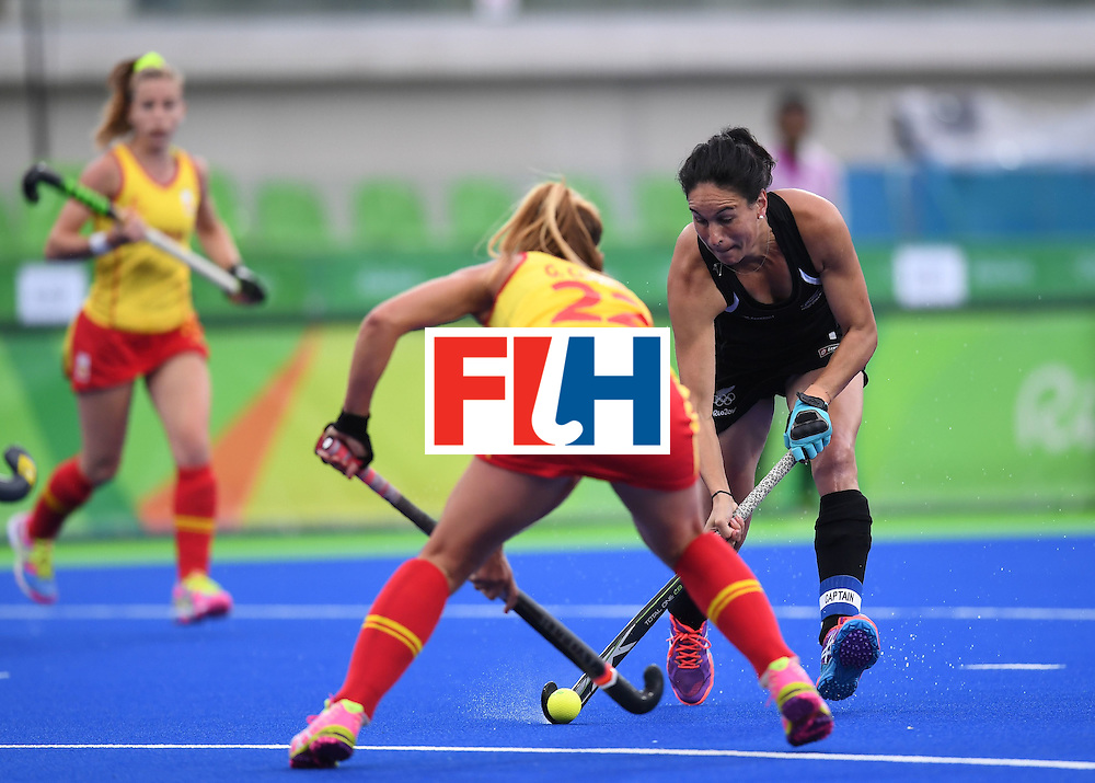 Spain's Gloria Comerma vies for the ball with New Zealand's Kayla Whitelock during the women's field hockey Spain vs New Zealand match of the Rio 2016 Olympics Games at the Olympic Hockey Centre in Rio de Janeiro on August, 10 2016. / AFP / MANAN VATSYAYANA        (Photo credit should read MANAN VATSYAYANA/AFP/Getty Images)