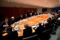 14 DEC 2008, BERLIN/GERMANY:<br /> Uebersicht Sitzngssaal Konjunkturgespraech mit Olaf Scholz, SPD, Bundesarbeitsminister, Peer Steinbrueck, SPD, Bundesfinanzminister, Frank-Walter Steinmeier, SPD, Budnesaussenminister und Angela Merkel, CDU, Bundneskanzlerin, (Mitte - v.L.n.R.), Sitzung der Expertenrunde Wirtschaft zur Banken- und Finanzkrise / Wirtschaftskrise, Kabinettsaal, Bundeskanzleramt<br /> IMAGE: 20081214-01-034<br /> KEYWORDS: Finanzkrise, Bankenkrise, Konjunkturgespräch