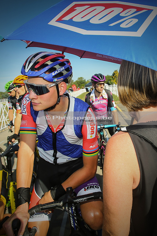 USA / VS / AMERIKA / WATERLOO WI / CYCLOCROSS / VELDRIJDEN / CYCLO CROSS / CX / HEAD QUARTERS TREK BICYCLES / TREK CX CUP C2 / MATHIEU VAN DER POEL (NED - BEOBANK - CORENDON) / START / 100% GLASSES BRIL / PARASOL / KOELVEST / IJSVEST / COOLING JACKET / SONJA CANT (MOTHER OF SANNE CANT) /
