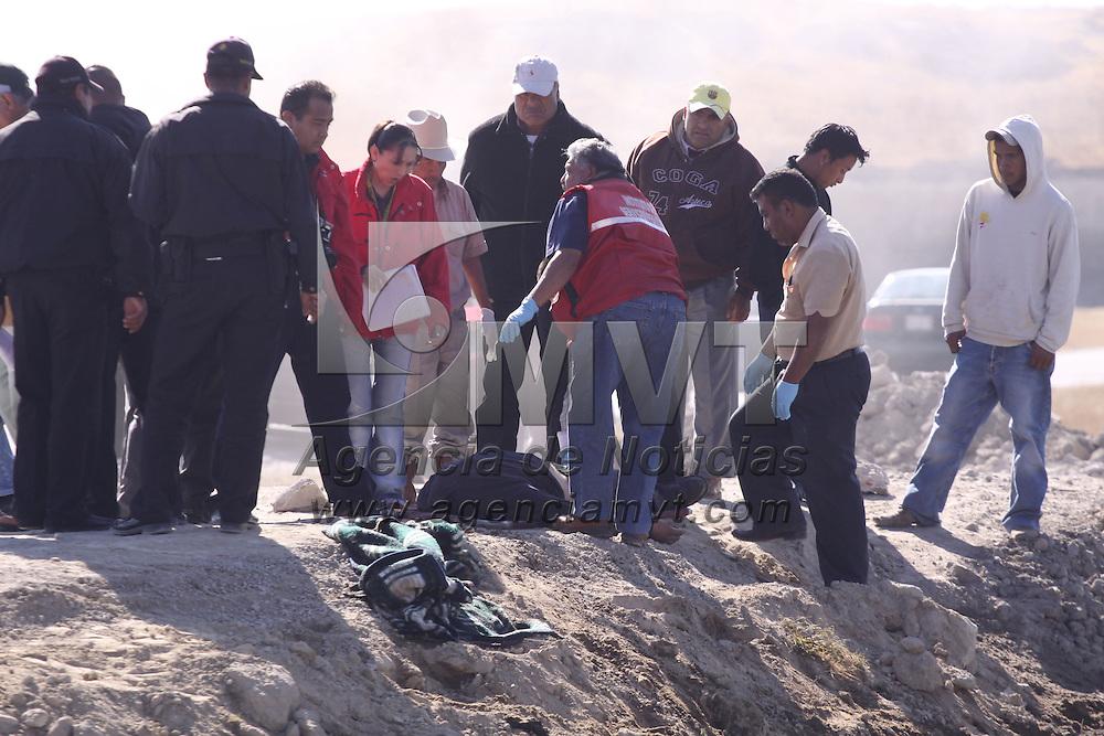 TOLUCA, México.- Elementos de la policía municipal de Toluca, acudieron al paraje denominado Presas Cuatas,  en el camino a la subdelegación de San José la Costa, donde encontraron una persona encobijada, amordazada y con el tiro de gracia, peritos del Estado de México realizaron el levantamiento del cuerpo. Agencia MVT / José Hernández. (DIGITAL)