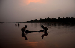 September 23, 2016 - Lahore, Punjab, Pakistan - Pakistani gypsy children fish in the River Ravi during sunset in Lahore. (Credit Image: © Rana Sajid Hussain/Pacific Press via ZUMA Wire)