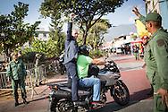 El Alcalde de Caracas, Jorge Rodríguez saluda a los simpatizantes del gobierno del presidente venezolano, Nicolás Maduro quienes manifiestan en las afueras del Cuartel de La Montaña, sector 23 de Enero, para recordar el primer aniversario de la muerte del presidente Hugo Chávez Frías. Caracas, 05 de marzo de 2014. (Foto/Ivan Gonzalez)