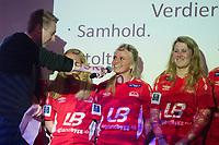 Fotball<br /> 9. April 2015<br /> Toppserien<br /> Sandviken Kickoff<br /> Sandvikens Karoline Bakke (M) blir spurt ut ang. praktmålet hun scorte mot trondheimsørn i første serierunde. Sunniva Lillestøl (Sandviken) til høyre<br /> Foto: Astrid M. Nordhaug