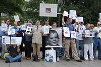 14 JUL 2001, BERLIN/GERMANY:<br /> Eltern, meist Vaeter, demonstrieren gegen die Trennung von ihren Kindern (i.d.R. durch Scheidung von einem auslaendischen Partner), viele haben Bilder ihrer Kinder und  einen Zettel mit der Anzahl der Besuche seit der Anzahl der Tage der Trennung, Breitscheidplatz vor der Gedaechniskirche<br /> IMAGE: 20010714-01-011<br /> KEYWORDS: Scheidungskind, Scheidungskinder, Demo, Demonstration, Demonstrant, demonstrator, Protest