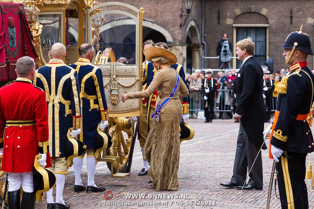 NLD/Den Haag/20130917 -  Prinsjesdag 2013, Koning Willem Alexander stappen de gouden koets in