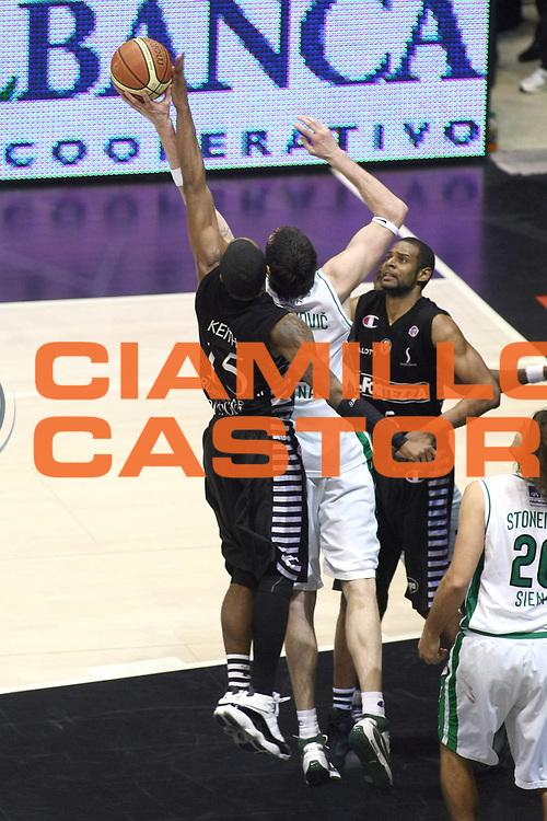 DESCRIZIONE : Bologna Final Eight 2009 Finale Montepaschi Siena La Fortezza Virtus Bologna<br /> GIOCATORE : Keith Langford<br /> SQUADRA : La Fortezza Virtus Bologna<br /> EVENTO : Tim Cup Basket Coppa Italia Final Eight 2009 <br /> GARA : Montepaschi Siena La Fortezza Virtus Bologna<br /> DATA : 22/02/2009 <br /> CATEGORIA : Stoppata<br /> SPORT : Pallacanestro <br /> AUTORE : Agenzia Ciamillo-Castoria/C.De Massis