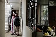 Una coppia nel proprio cortile attende l'arrivo degli ospiti il giorno di capodanno, mentre una ragazza di servizio consuma un pasto frugale in cucina, Addis Ababa 11 settembre 2014.  Christian Mantuano / OneShot <br /> <br /> A couple awaits the arrival of their guests on New Year's Day while a maidservant consumes a frugal meal in the kitchen, Addis Ababa September 11, 2014.