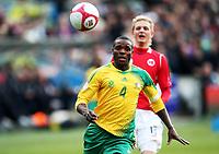 Fotball ,  10. oktober 2009 ,  privatkamp , Norge - Sør-Afrika<br /> <br /> Norway - South Africa<br /> <br /> Erik Huseklepp , Norge og Aaron Mokeona , Sør- Afrika